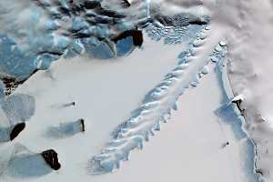 erebus ice tongue berg mt bay antartica